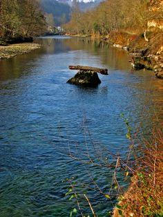 La roca retuvo al tronco del arbol durante la riada. Cangas de Onís. Principado de Asturias. Spain.   {By Valentín Enrique].