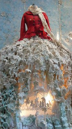 Red and Turquoise for Christmas Christmas Tree Dress, Christmas Window Display, Christmas In Paris, Red Christmas, Mexican Christmas, Winter Holiday, Store Window Displays, Retail Displays, Shop Displays