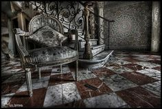 Abandoned Manor House (only 4 pics at this link, and not really any details about where they were taken...kinda disappointing. ~ SW)