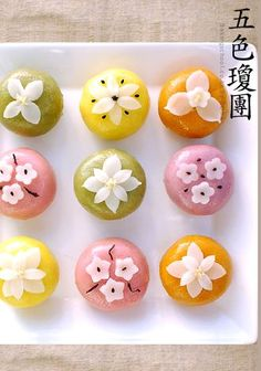 Gyeongdan (오색 찹쌀경단) - Korean glutinous rice cake balls (recipe in Korean) Korean Dessert, Korean Rice Cake, Korean Sweets, Korean Food, Korean Bun, Thai Dessert, Japanese Candy, Japanese Sweets, Japanese Food