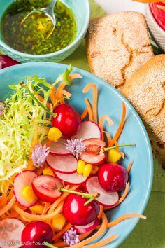 bunter Sommersalat mit Kirschen und Himbeer-Dressing