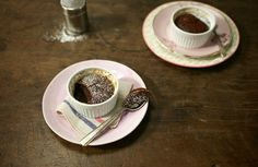 Bolo de chocolate com castanha-de-caju e mel | Panelinha - Receitas que funcionam