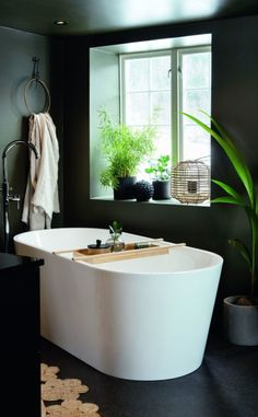 BADEKAR: Det er luksus å kunne sitte i badekaret og skue utover jordene. Med de dype vinduskarmene kan man skjerme seg litt for innsyn utenfra. Badekaret fant paret hos Megaflis. Gulvmontert armatur fra Celeste. Singapore, Bathtub, Bathroom, Home, Ideas, Standing Bath, Washroom, Bathtubs, Bath Tube