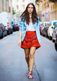 Red printed miniskirt, statement blazer + pom pom lace up sandals Street Style 2016, Spring Street Style, Street Chic, Street Fashion, Milan Fashion, Arty Fashion, Street Wear, Pompom Sandals, Urban Chic Outfits