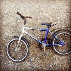 کلمه: دوچرخه. توضیح: چیزی که دو تا چرخ دارد و سوارش می شویم. مثال: این دوچرخه خیلی کوچیکه.  #zangefarsi #learnpersian www.zangefarsi.com English:bycicle. /do-charkheh/