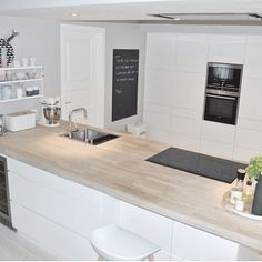 Modern white kitchen with central island covered with a magnificent plan of Kitchen Living, New Kitchen, Kitchen White, Island Kitchen, Kitchen Interior, Kitchen Decor, Sweet Home, Elegant Kitchens, Cuisines Design