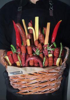 Съедобный мужской набор в корзине с колбасой, сыром и перцем. Carrots, Sausage, Bouquet, Meat, Vegetables, Blue, Sausages, Bouquet Of Flowers, Carrot