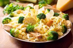 Sieht gut aus und ist auch genauso lecker. Broccoli-Hähnchen-Penne ist ein Nudelgericht mit knackigem Broccoli, kalorienarmen Hühnchenfleisch, und einer cremigen Sauce. Es macht satt und hat trotzdem wenig Kalorien.