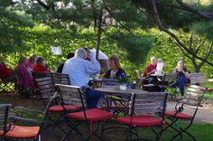 Draußen unter einer alten Kiefer im Schatten ist das Café in der Gartenakademie im Sommer ein wunderbarer Ort zur Erholung
