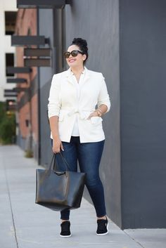 Cooler Business-Casual-Look mit Blazer, Skinny Jeans und Sneakers