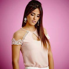 Uma blusa, mas tão delicada quanto uma jóia, muito amor em cada detalhe.✨ #Artsy #summer17 #verao2017 Lace Tops, Floral Tops, Sewing Blouses, Moroccan Dress, Moda Chic, Full Figure Fashion, Western Outfits, Kawaii Fashion, Pattern Fashion