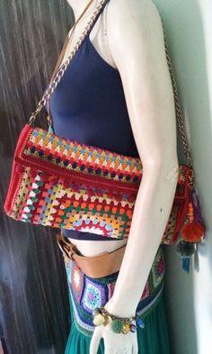 Bolsa/Carteira de crochê Joplin - Atelier Mulher Rendeira Crochet Granny, Crochet Stitches, Knit Crochet, Crotchet Bags, Knitted Bags, Crochet Handbags, Crochet Purses, Crochet Pencil Case, Granny Square Bag
