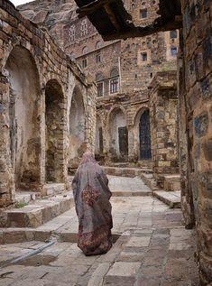 Antiga rua em uma vila nas montanhas Haraz, no Yemen.  Fotografia: Rod Waddington.