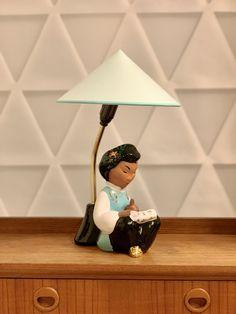 Vintage Wiener Tischlampe Türkis lesende chinesisches Mädchen Figur von Carli Bauer, 1950er Beleuchtung von RemoVintage auf Etsy Vintage Table, Table Lamp, Lighting, Etsy, Home Decor, China Girl, Vintage Table Lamps, Craft Gifts, Figurine