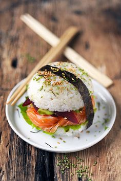 My salmon sushi-burger Healthy Cooking, Healthy Eating, Cooking Recipes, Beef Recipes, Healthy Recipes, Sushi Burger, Sushi Sandwich, Burger Food, Dorian Cuisine