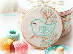 ideas for bird embroidery hoop cross stitch Hand Embroidery Videos, Baby Embroidery, Embroidery Flowers Pattern, Creative Embroidery, Simple Embroidery, Hand Embroidery Stitches, Embroidery Hoop Art, Hand Embroidery Designs, Indian Embroidery