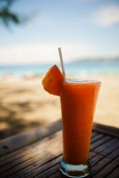 Batido de papaya para bajar el abdomen, perder la grasa acumulada en esta zona del cuerpo, eliminar las toxinas, mejorar el tránsito intestinal y reducir la inflamación de vientre y cintura. Ingredientes 1 Taza de papaya picada 1 cucharada de linaza 2 tazas de agua 2 cucharadas de avena cruda 1 cucharadita de miel de abeja Preparación Lleva todos los ingredientes a la licuadora y mézclalos muy bien. Bebe el batido en ayunas durante una semana y disfruta de sus propiedades.