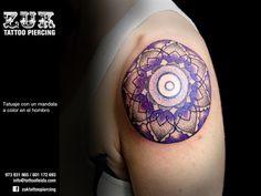 Tatuaje con un mandala  a color en el hombro