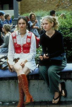 10 Things I Hate About You, Susan May Pratt as Mandella Julia Stiles' high… 2000s Fashion, Look Fashion, Fashion Outfits, 90s Teen Fashion, 1990s Grunge Fashion, Pop Punk Fashion, Film Fashion, Fashion Clothes, Retro Fashion