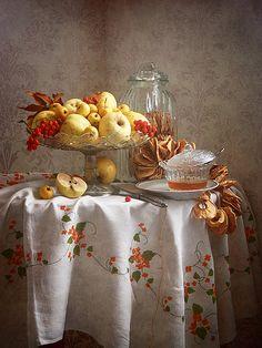 Осенние яблоки и мед http://store.35photo.ru/buy/?oId=10518&id-print=0 Сельский натюрморт с желтыми осенними яблоками в вазе, красными ягодами рябины и чашкой с медом на льняной скатерти в интерьере деревенского дома