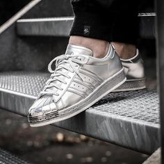 Wir richtig Lust auf auffallende Schuhe hat, sollte sich diese Adidas Superstar Sneakers kaufen!