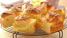 Saftig og lekker gjærbakst med vaniljefyll som smaker kjempegodt. Du baker de ut i en langpanne og serverer i passe store ruter. Enkelt og praktisk.