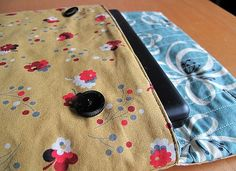 DIY Laptop Sleeve (can also be for an e-reader, Tablet, ect just smaller measurements! Sewing Hacks, Sewing Tutorials, Sewing Crafts, Free Tutorials, Diy Laptop, Diy Sac, Backpack Pattern, Love Sewing