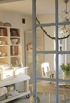 oude bouwmaterialen..of oude ramen als tussenmuurtje tussen 2 ruimtes..