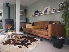 Cognac leren bank Karwei met wand in early dew kleur Boho Living Room, Living Room Grey, Home And Living, Living Room Decor, Room Interior Design, Living Room Interior, Sofa Inspiration, Lounge Colour Schemes, Home Theater Design