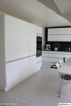 Valkoinen talo - kotona kaksosien kanssa Kitchen Remodel, Kitchen Cabinets, House Design, Interior Design, Furniture, Kitchens, Inspiration, Home Decor, Home