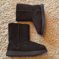Brown, midi, faux fur, boots! Look like uggs, only worn a few times, great condition! Shoes