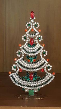 Jewelry Christmas Tree, Beaded Christmas Ornaments, Jewelry Tree, Christmas Crafts, Christmas Decorations, Green Christmas, All Things Christmas, Vintage Christmas, Xmas Tree