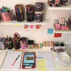 The video consists of 23 Christmas craft ideas. Study Room Decor, Diy Room Decor, Bedroom Decor, Deco Tumblr, Study Organization, Organizing, Ideas Para Organizar, Craft Desk, Cute School Supplies