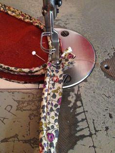 Pour commencer, je coupe toutes les pièces et je confectionne les lacets.   Pour ce faire, vous aurez besoin de l'instrument ci-dessus ...