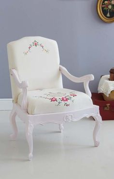 Chair make over with a vintage tablecloth.  Beautiful!