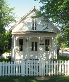 Another similar in design ~~ Sweet little white cottage + white picket fence (cottage inspiration) Style Cottage, White Cottage, Cozy Cottage, Cottage Living, Cottage Homes, Cottage Porch, Cottage Exterior, Country Living, Little Cottages