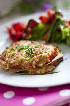 Für 4Stück: 1 (200g) Becher Hüttenkäse 1 Dose Thunfisch 2-3Cherrytomaten 1 kleine Zwiebel 1 EL gemahlene Mandeln 1 1/2 TL Guarkernmehl* Salz, Pfeffer Oregano Den Ofen auf 200° vorheizen. Die Zwiebel schälen und würfeln, die Tomaten klein schneiden, den Thunfisch abgießen. Dann denHüttenkäse, die gemahlenen Mandeln, Thunfisch, Guarkernmehl und Gewürze in einer Schüssel miteiandner vermengen. …