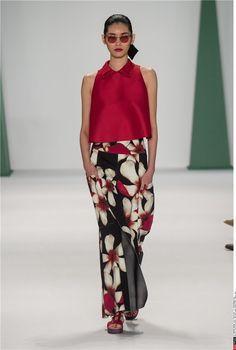 Desfile Carolina Herrera PV 15 Nueva York: Conjunto de top rojo y pantalones