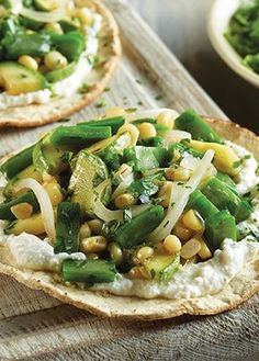TOSTADAS PARA TODOS Prepara estas excelentes tostadas de nopales con elote y cebolla. CALIENTA el aceite, acitrona la cebolla y …