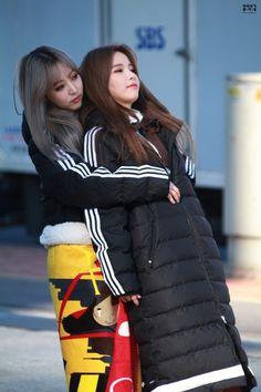 Moonbyul and Solar Kpop Girl Groups, Korean Girl Groups, Kpop Girls, K Pop, Mamamoo Moonbyul, Solar Mamamoo, South Korean Girls, Girl Crushes, Cute Couples