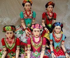 https://flic.kr/p/7y82i5   boneca de madeira Frida Kahlo   Bonecas de madeira feitas à mão Eu pinto,costuro as saias,e faço os adereços da cabeça,brincose colares