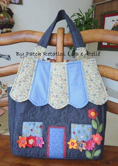 Bolsa em jeans, aplicação e flores de fuxico. A bolsa pode ser confeccionada em outros tecidos se você desejar R$ 110,00