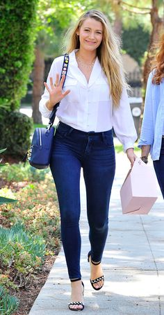 Ladies on Long Island: Blake Lively was spotted on Sunday strolling down a sunlit tree-lined Long Island sidewalk alongside her elder half-sister Robyn Lively Blake Lively Style Casual, Blake Lively Feet, Blake Lively Street Style, Blake Lively Outfits, Blake Lively Family, Gossip Girl Outfits, Hottest Photos, Smart Casual, Casual Chic