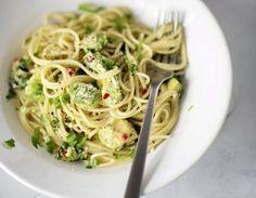 Safkaa-keittokirjan avokadopastaresepti Sweet And Salty, Spaghetti, Ethnic Recipes, Food, Essen, Meals, Yemek, Noodle, Eten
