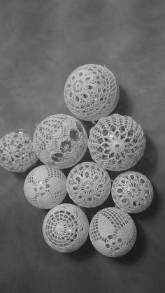 Bombki szydełkowe Crochet Christmas Trees, Christmas Tree Baubles, Christmas Crochet Patterns, Christmas Balls, Crochet Tablecloth, Crochet Doilies, Crochet Decoration, Ball Ornaments, Snowflakes