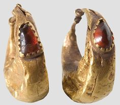 A pair of gold earrings, Roman, - century. Each crafted hollow, crescent-shaped body with single garnet cabochon setted. by proteamundi Roman Jewelry, Old Jewelry, Antique Jewelry, Vintage Jewelry, Jewelry Making, Medieval Jewelry, Ancient Jewelry, Byzantine Jewelry, Art Romain