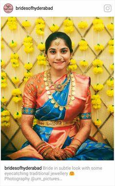 Pinterest @achyi Kaasu Mala, Gold Haram Designs, Saree Jewellery, Jewellery Shops, Antique Jewellery, Engagement Saree, Indian Bridal Sarees, Sari Blouse Designs, Blouse Patterns