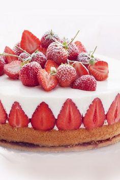 Toller Kuchen mit frischen Erdbeeren - perfekte Torte für den Sommer! Rezept auf http://www.gofeminin.de/kochen-backen/erdbeerkuchen-d57828.html