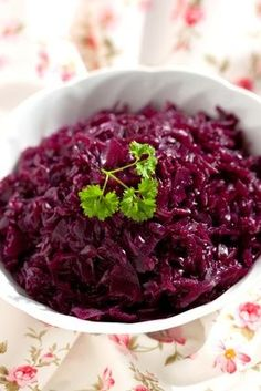 Rotkraut; 3/4 - 1 kg / 1.6 - 2.2 lbs red cabbage     40 g / 1.4 oz butter or olive oil     1 tablespoon sugar    1 medium onion     2 - 3 tart apples    4 tablespoons of red wine vinegar     salt, 1 cup red wine    3 - 4 cloves     2 - 3 bay leaves    1 tablespoons flour     2 tablespoons blue berry or red currant jam (optional)