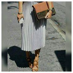 Saia plissada dá um ar sofisticado ao look sem muito esforço #cliquefashionoficial #instafashion #instamoda #tendencias #moda #saiaplissada